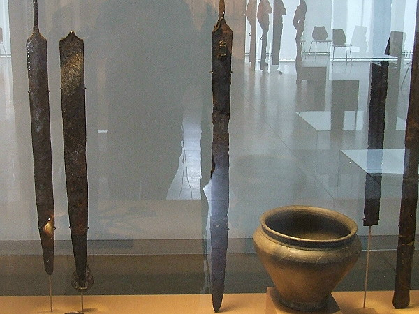 Die Entwicklung von Schwertklingen und Schwertscheiden