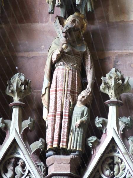 Die Figur des Abraham an der Nordseite der Turmvorhalle des Freiburger Münsters.