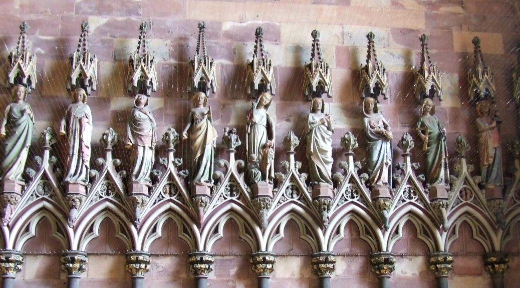 Ein Teil der Figuren auf der Südseite in der Turmvorhalle des Freiburger Münsters.