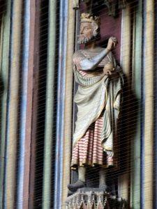 Die Figur des Caspar an der Nordseite der Turmvorhalle des Freiburger Münsters.