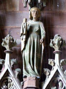 Eine der Figuren in der Turmvorhalle des Freiburger Münsters (Hl. Maria Magdalena).
