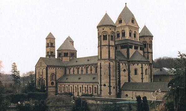 Die romanische Basilika des Klosters Maria Laach von Nordwesten.