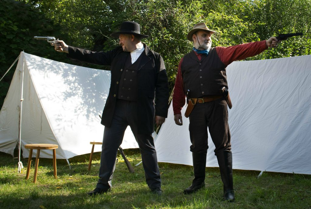 Oliver und Christian mit Revolvern.
