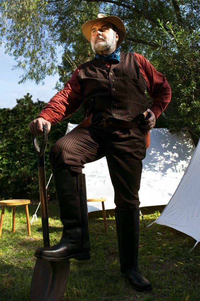Christians Kavallerie-Stiefel sind auch bei der Arbeit praktisch.