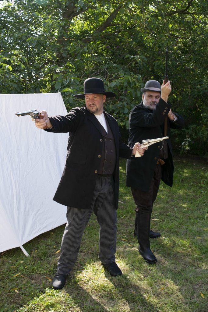 Oliver mit Peacemaker und Remington.