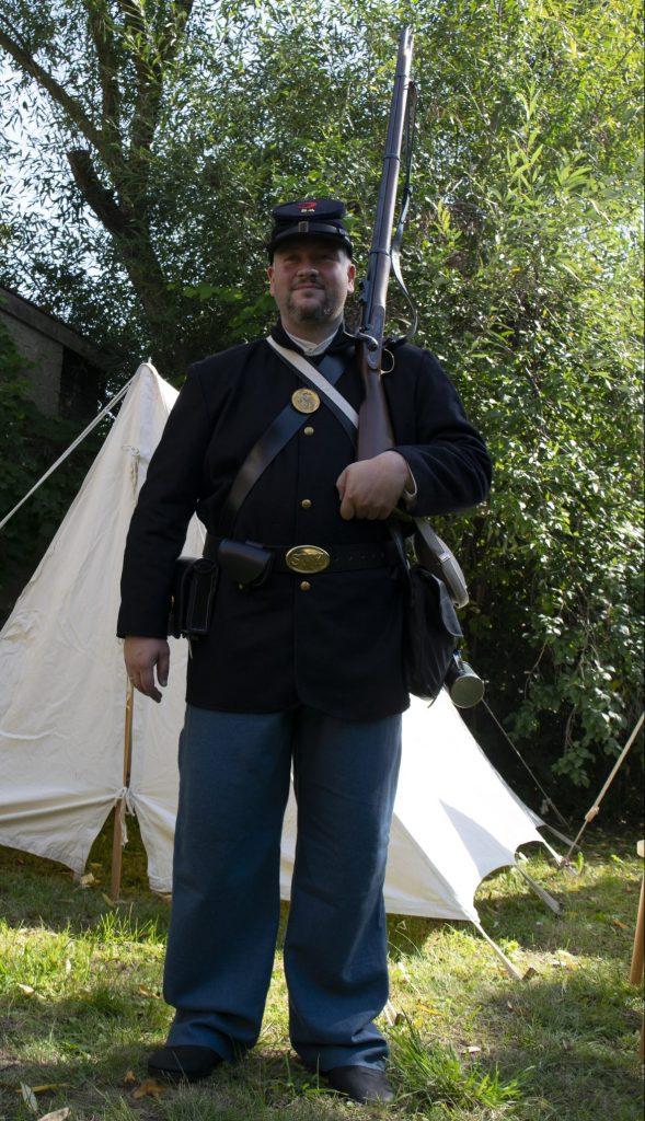 Oliver in der Uniform eines Infanteristen der US-Army im Sezessionskrieg